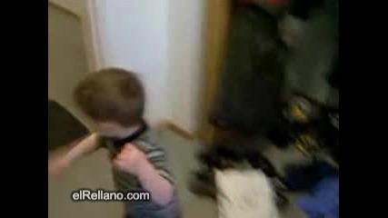 Хлапе Се Блъска В Стената