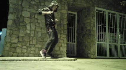 Момче танцува на Дъбстеп