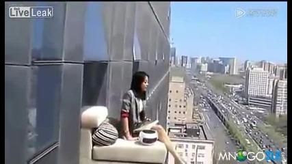 Мацка се наслаждава на уикенда от 23 етаж,дали е истина или поредният фотошоп!!