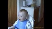 Олеле боже това бебе ще обърне кущата на обратно как се смее само ;д;д;д