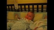 Бебе Се Скъсва От Смях