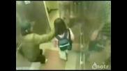 Момиченце пребива нагъл мъж в асансьора