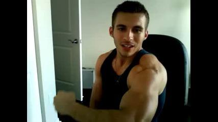 Красавец показва мускули