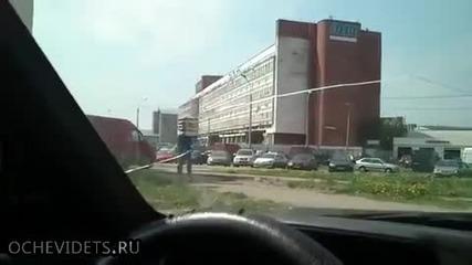 Руски здрав хамалин на 80-то ниво разтоварва камион