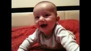 !сладко бебе се смее