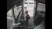 Автобусен шофьор със спасяващо бърза реакция!