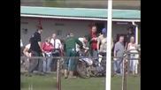 Мотоциклетист в състезание прави зверска катастрофа