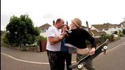 Скейтъри срещу ядосан татко