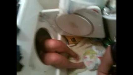 Мацка не може да излезе от пералнята