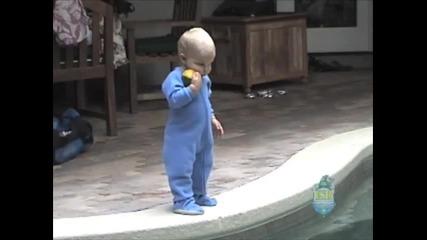 Как едно бебе плува във вода