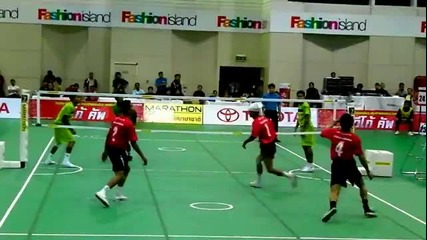 Волейбол с...крака?!?