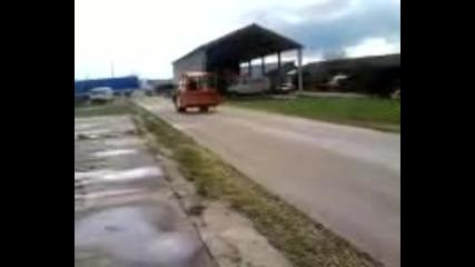 Индийски трактор вдига предницата