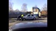 Полицаи бутат патрулкa
