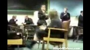 Голяма шега - момиче сяда вурхъ счупен стол