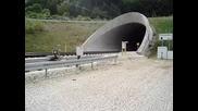 Влак влиза в тунел с 300 км/ч