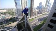 Опасно ходене по ръба на небостъргач!