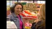 Продавачка маркира с език
