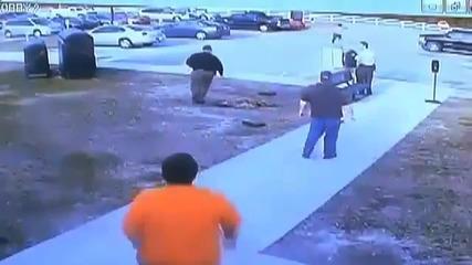 Затворник успява да се измъкне от килията си и си излиза като на разходка