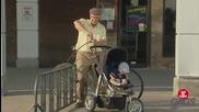 Мъж оставя бебе в количка вързана до велосипед, и очевидно полицията е на негова страна