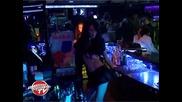 Музиканти пеят и дефилират във Victoria's Grand Show
