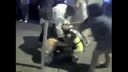 Пияни Жени Се Бият Пред Бар