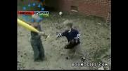 Малък Пичага Халосва Супер Злобно Брат Си  Бухалка По Главата!!! Силничко Се Чу :D