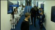 Специалния се шегува с деца преди мач