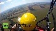 Русия: Музиканти записват песен докато се спускат с парашут от 650м.