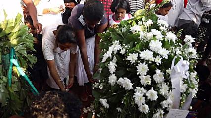 Продължават погребенията на жертвите от атентатите в Шри Ланка