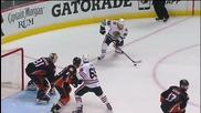 Хокеист вкарва гол с глава. Андрю Шоу от Чикаго Блекхоукс бележи срещу Анахайм Дакс, 20 май, 2015 г.