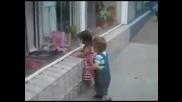 Малко момче се опитва да си открадне целувка