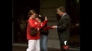 Смях ! Бизнесменът моли хората за помощ и ги залива с мастило от писалката си ! Скрита камера !