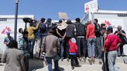 Greece: MEPs met by protest during visit to Idomeni refugee camp