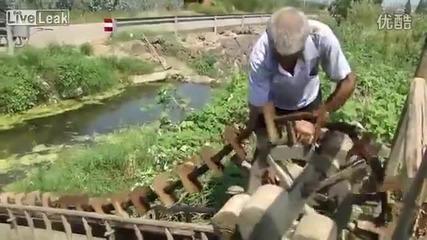 Напояване по много стар метод на оризова нива в съвременен Китай