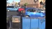 Луд троши коли с тесла насред кръстовище!