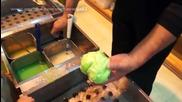 Японски готвач прави зеле от течен восък потопен във вода!
