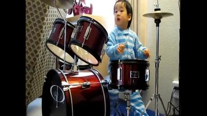 Барабанист на 2 години