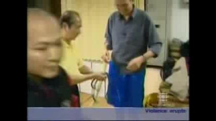 Китаец вдига 200 килограма с половия си член и дърпа кола