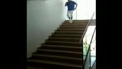 Eто така се слиза по стълбите