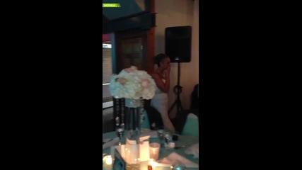 Младоженец в инвалидна количка с трогателен жест към жена си