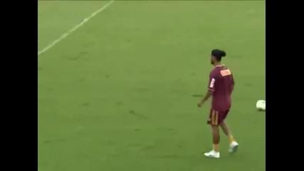 Роналдиньо притежава страхотен контрол над топката !
