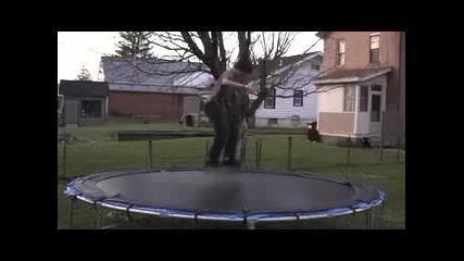 Със Скейтборд Върху Батут