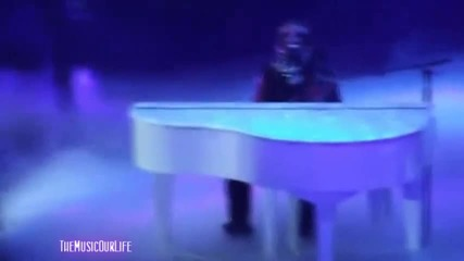 Джъстин Бийбър се разплака докато пя песента Down to Earth на концерт