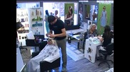 Докато Сашка и Ели са във фризьорския салон, Цанка стои отстрани и се заканва,
