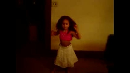 3 Годишно Момиче Танцува