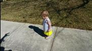 Баща плаши дъщеричката си с неговата сянка