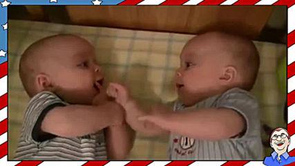 Смеещи се близнаци