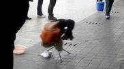 Малко талантливо момче работи на улицата