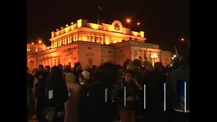 Демонстранти хвърляха домати по сградата на парламента