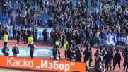 Фенове на Левски се опитват да нахлуят на терена